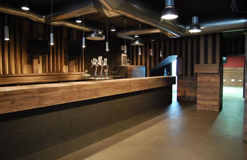 American loft restaurante for Fabricacion de bares de madera